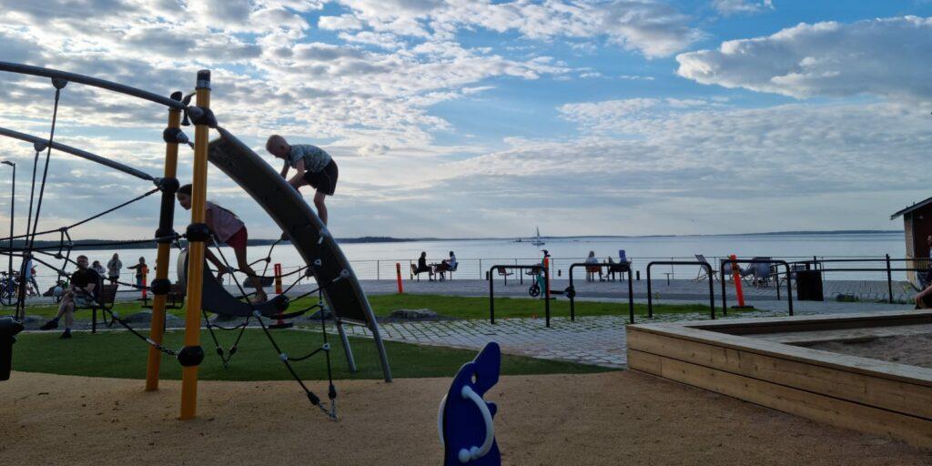 Leikkipuisto Santalahdessa kesällä
